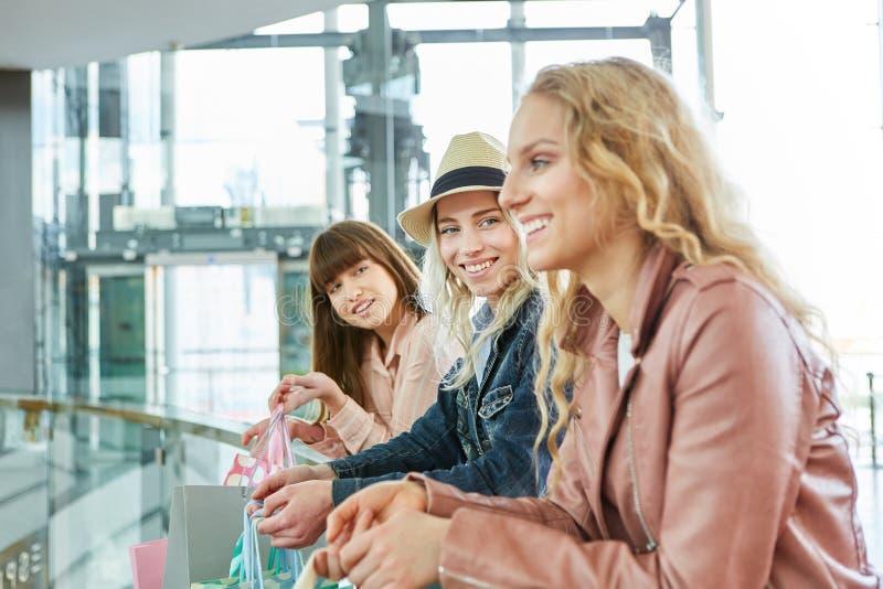 Groep tieners in het winkelcomplex stock foto's