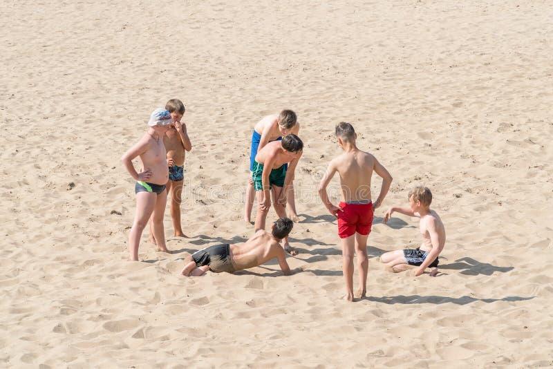 Groep tieners op het strand royalty-vrije stock afbeelding