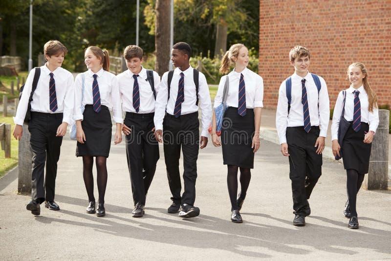 Groep Tienerstudenten in Eenvormige Buitenschoolgebouwen royalty-vrije stock fotografie
