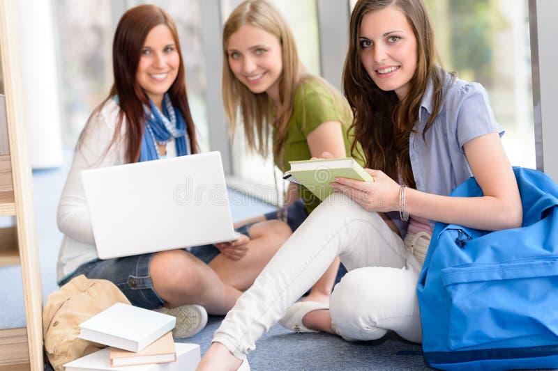 Groep tienerstudentenstudie bij middelbare school stock foto