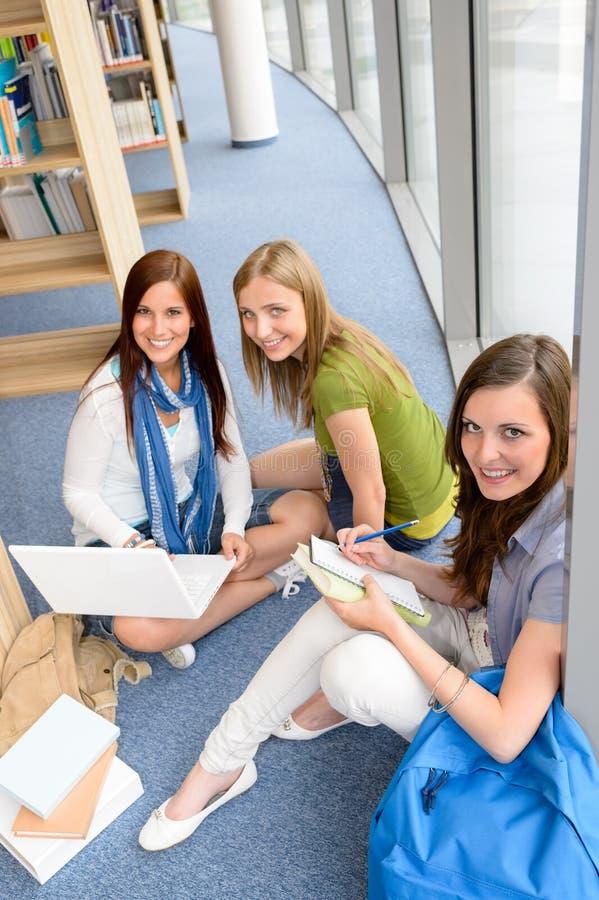 Groep tienerstudentenstudie bij middelbare school royalty-vrije stock fotografie