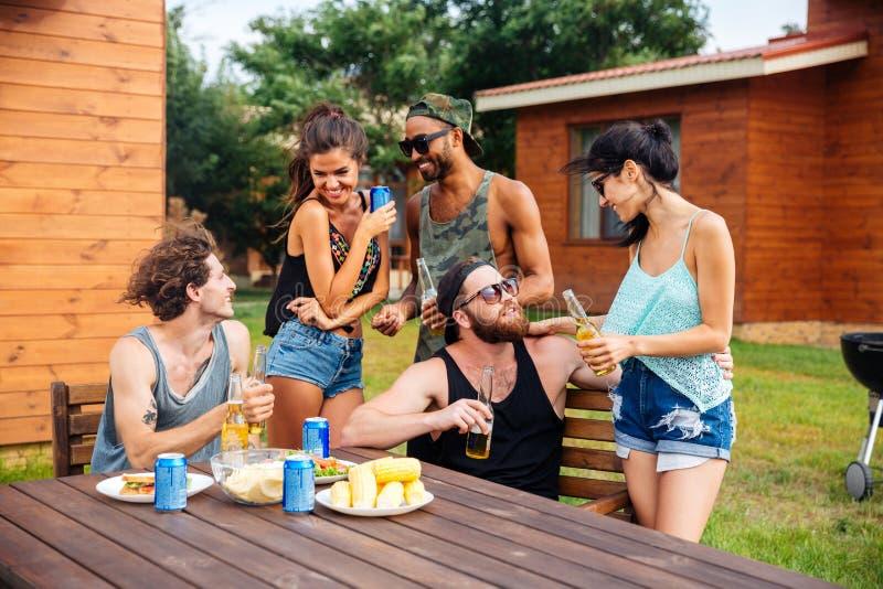 Groep tienervrienden die bier drinken en snacks eten royalty-vrije stock fotografie