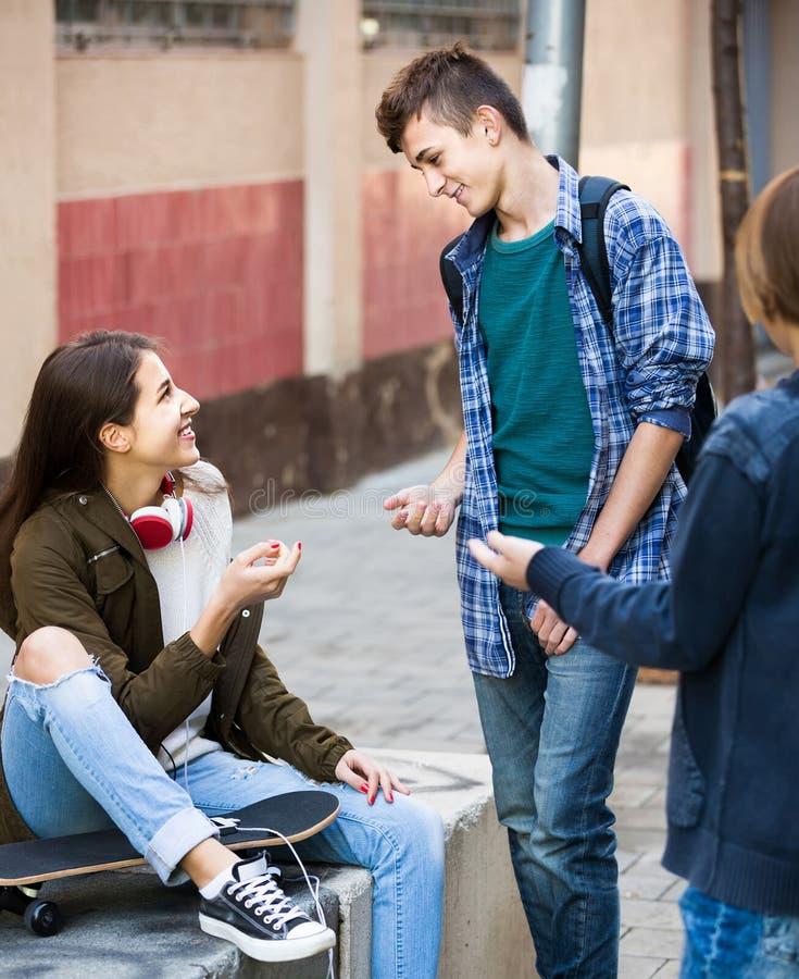 Groep tienervrienden die en pret babbelen hebben royalty-vrije stock foto