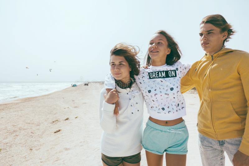 Groep tienervrienden in openlucht royalty-vrije stock foto's