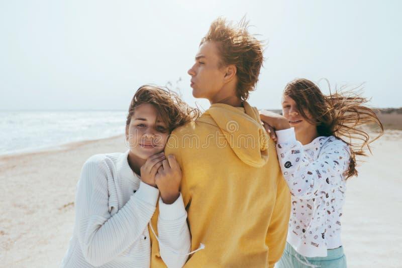 Groep tienervrienden in openlucht stock fotografie