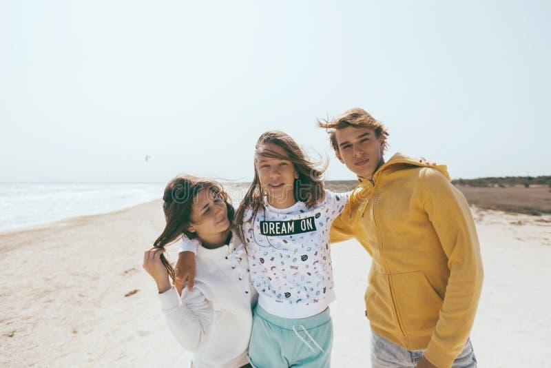 Groep tienervrienden in openlucht royalty-vrije stock foto