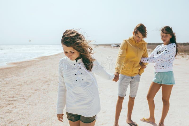 Groep tienervrienden in openlucht royalty-vrije stock afbeelding