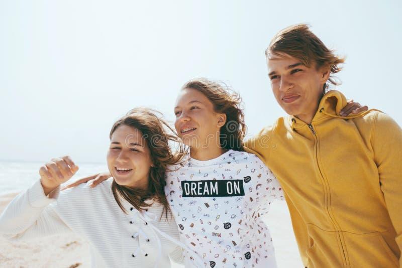 Groep tienervrienden in openlucht royalty-vrije stock fotografie