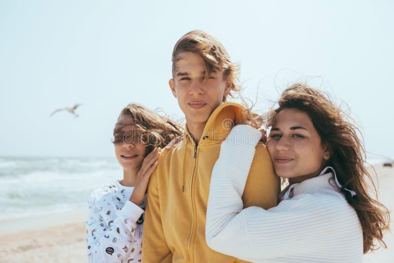 Groep tienervrienden in openlucht royalty-vrije stock afbeeldingen