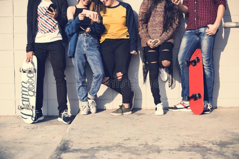 Groep tienervrienden in openlucht levensstijl en sociaal media concept royalty-vrije stock foto