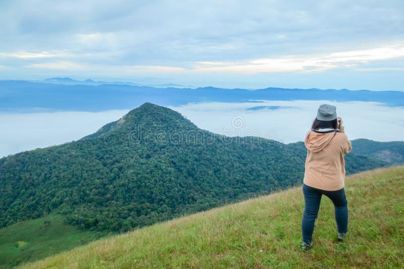 Groep toerist bovenop een berg in Doi Mon Jong, een populaire berg dichtbij Chiang Mai royalty-vrije stock fotografie