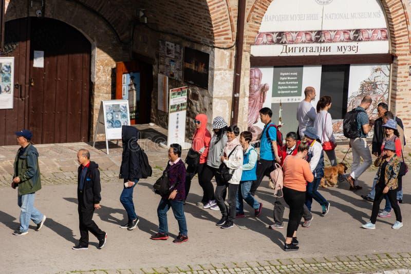 Groep toerist het bezoeken museum en een oude middeleeuwse vesting in de stad van NOS, Servi?, Europa royalty-vrije stock afbeeldingen