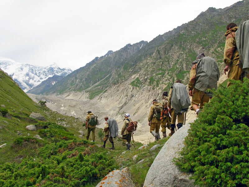 Groep toeristen bij de bergen van Bezenghi os de Kaukasus dichtbij Elbrus stock foto's