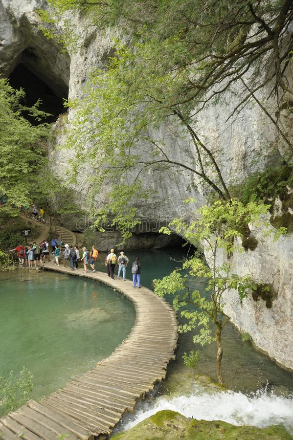 Groep toeristen in de nationale Meren van parkplitvice, Kroatië, Europa royalty-vrije stock fotografie
