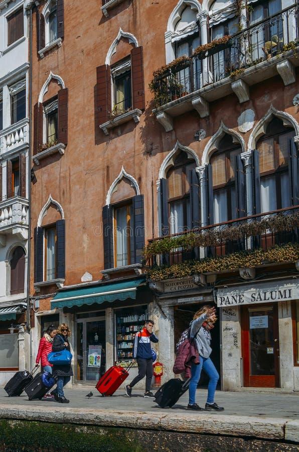 Groep toeristen met koffers in Venetië, Italië stock afbeelding