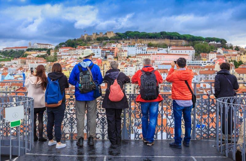 Groep toeristen, reis aan Lissabon stock afbeelding