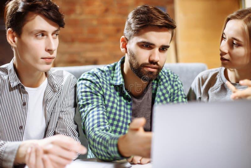 Groep toevallige bedrijfsmensen die aan nieuw project werken Zij die laptop met behulp van en bespreken over concept Het oplossen royalty-vrije stock afbeeldingen