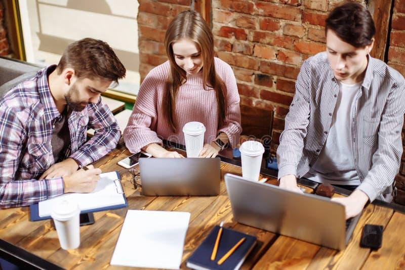 Groep toevallige bedrijfsmensen die aan nieuw project werken Zij die laptop met behulp van en bespreken over concept Het oplossen royalty-vrije stock foto's