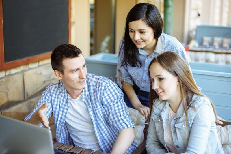 Groep toevallige bedrijfsmensen die aan nieuw project werken Zij die laptop met behulp van en bespreken over concept Het oplossen stock afbeelding