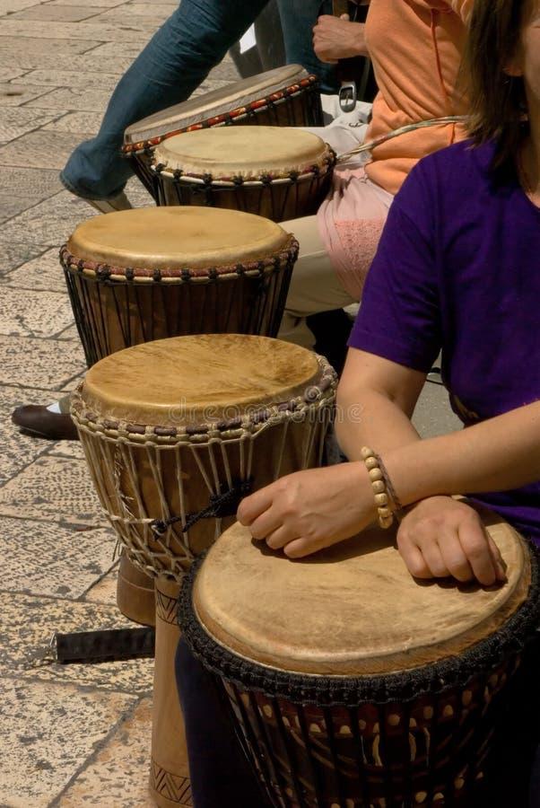 Groep trommel musicants tijdens straatprestaties stock afbeeldingen