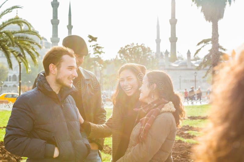 Groep Turkse vrienden in Istanboel stock afbeeldingen
