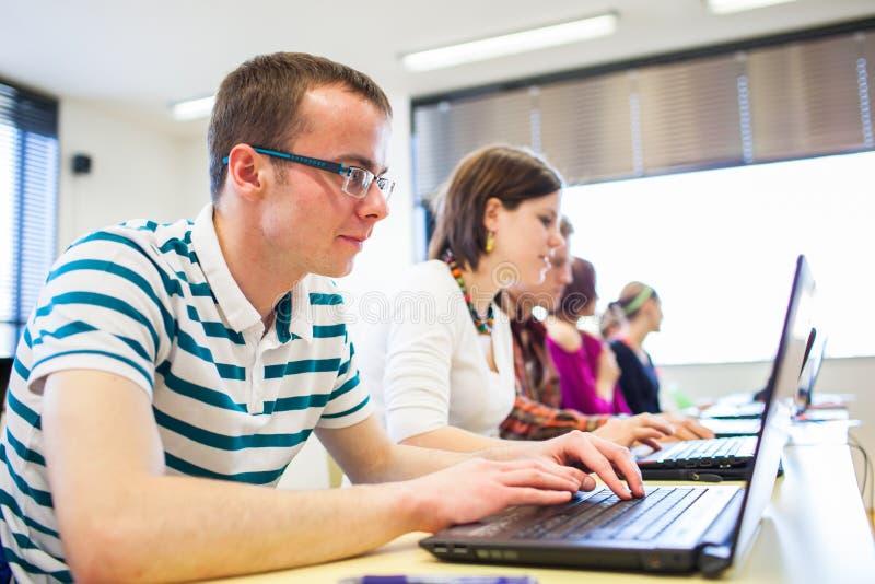 Groep universiteit/universitaire studenten binnen in een klaslokaal royalty-vrije stock foto's