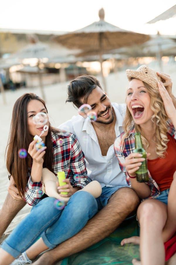 _groep van jong vrolijk mensen plakken aan elkaar en glimlachen royalty-vrije stock foto's