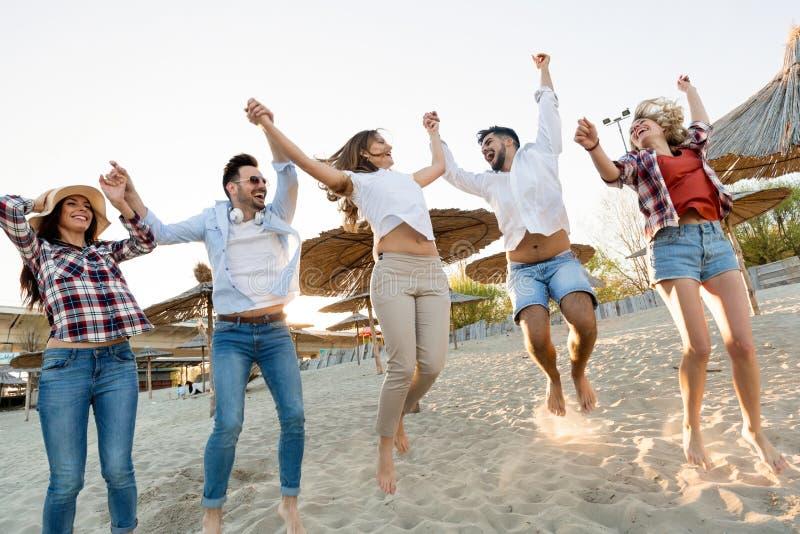 _groep van jong vrolijk mensen plakken aan elkaar en glimlachen royalty-vrije stock fotografie