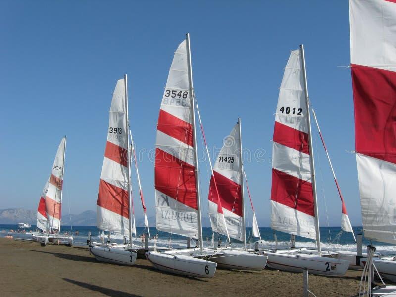 Groep varende boten op het strand stock foto's
