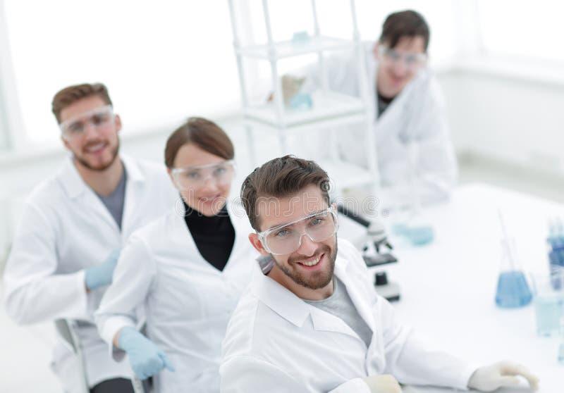 Groep veelbelovende jonge wetenschappers stock foto's