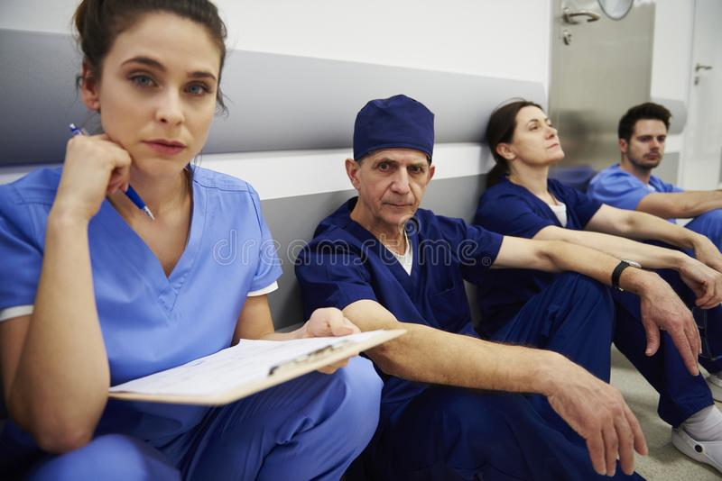 Groep vermoeide chirurgen na lange dag op het werk royalty-vrije stock fotografie