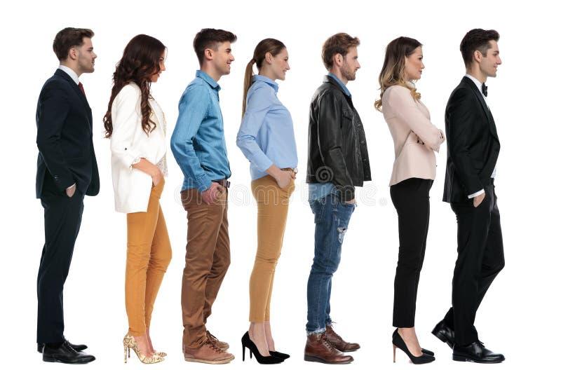 Groep verschillende jongeren die in lijn wachten royalty-vrije stock foto's