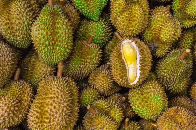 Groep verse durians in de durian markt royalty-vrije stock fotografie