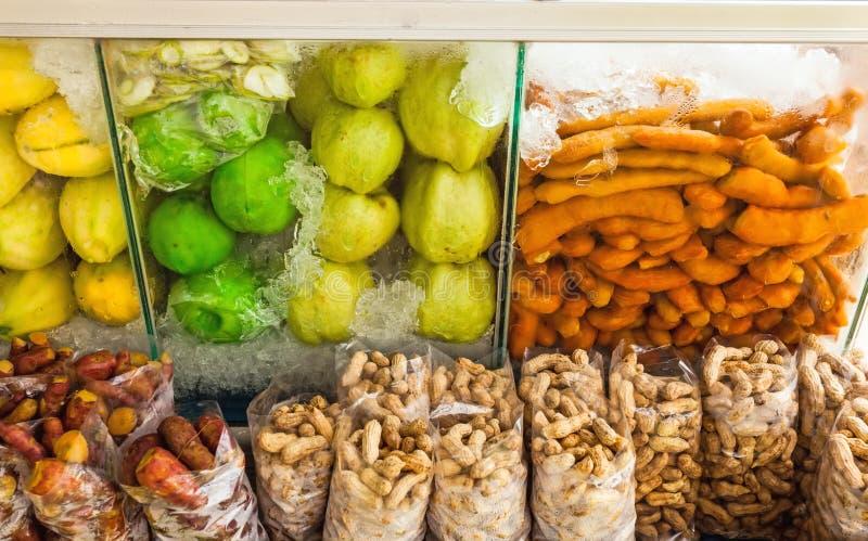 Groep verse en domeinvruchten (mango, guave, tamarinde, boon, yam) op koude opslagdoos in de markt stock fotografie