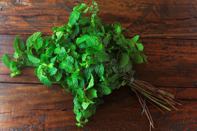 Groep verse organische groene munt op rustieke houten lijst Aromatische pepermunt met geneeskrachtig en culinair gebruik stock afbeelding