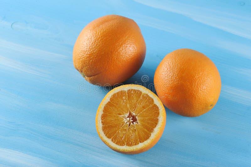 Groep verse sappige sinaasappel, besnoeiing in de helft stock fotografie