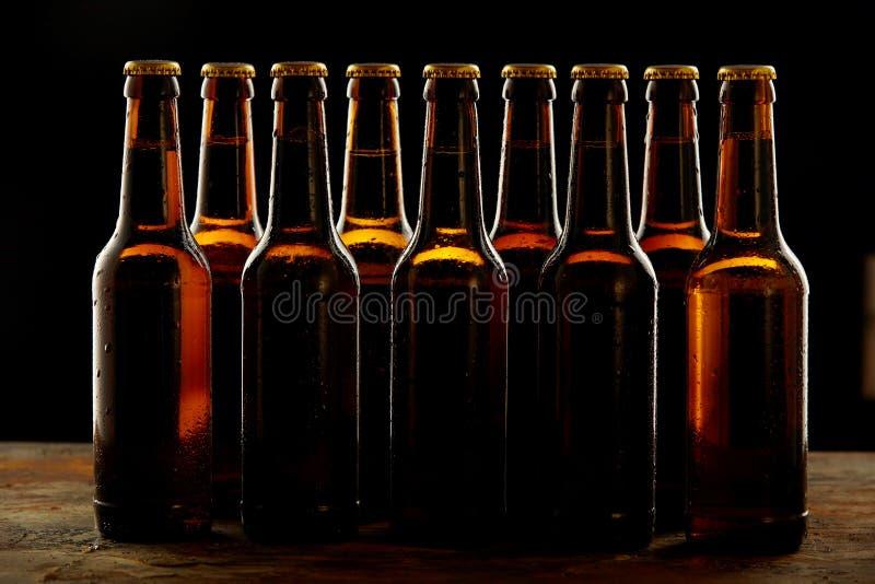 Groep verzegelde bruine bierflessen zonder etiket royalty-vrije stock afbeeldingen