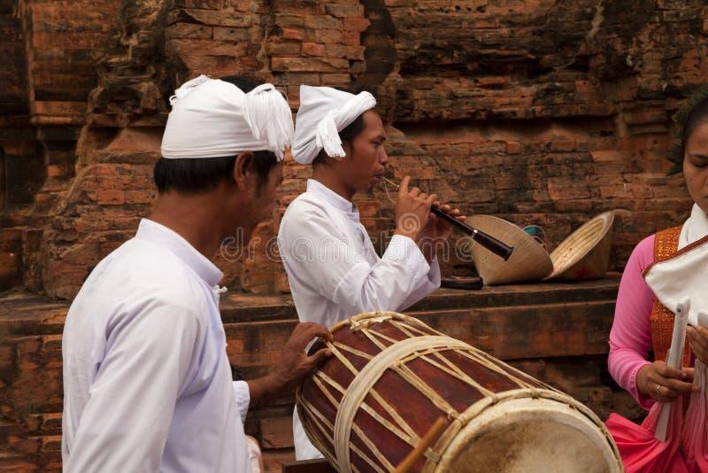 Groep Vietnamese kunstenaars die traditionele muziek en dansen uitvoeren royalty-vrije stock foto