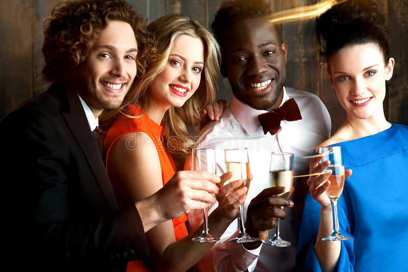 Groep vrienden bij de bar, toejuichingen aan allen… stock fotografie