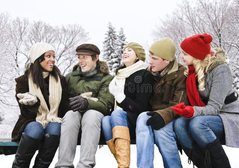 Groep vrienden buiten in de winter stock foto