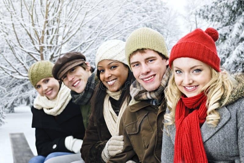 Groep vrienden buiten in de winter royalty-vrije stock afbeelding