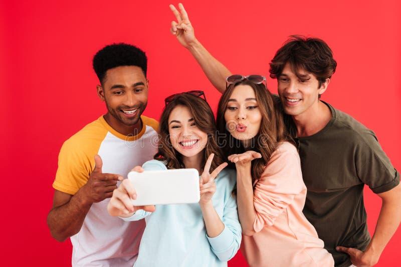Groep vrienden in de zomerkleren die een selfie samen nemen royalty-vrije stock fotografie