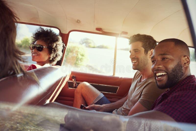 Groep Vrienden die in Auto tijdens Wegreis ontspannen royalty-vrije stock afbeeldingen