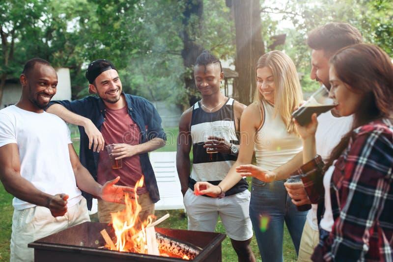 Groep vrienden die barbecue in de binnenplaats maken concept over goede en positieve stemming met vrienden royalty-vrije stock foto's