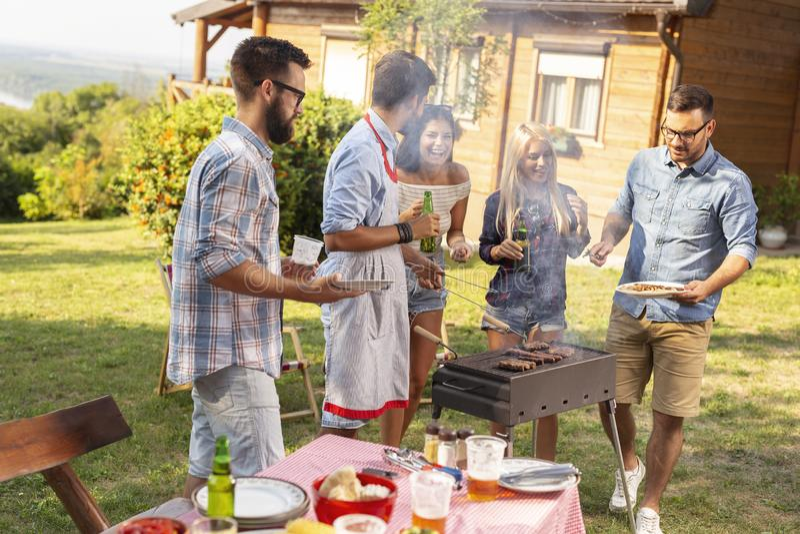 Groep vrienden die barbecue maken royalty-vrije stock fotografie