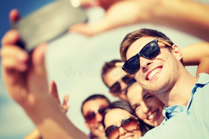 Groep vrienden die beeld met smartphone nemen royalty-vrije stock foto