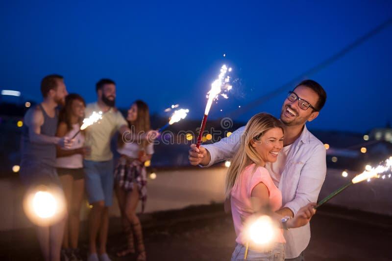 Groep vrienden die dak van partij met sterretjes genieten stock foto's