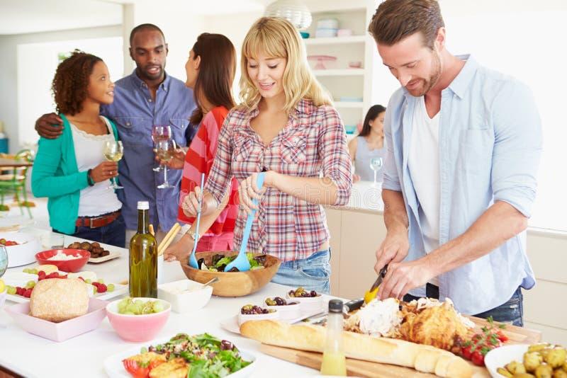 Groep Vrienden die Dinerpartij hebben thuis royalty-vrije stock afbeelding
