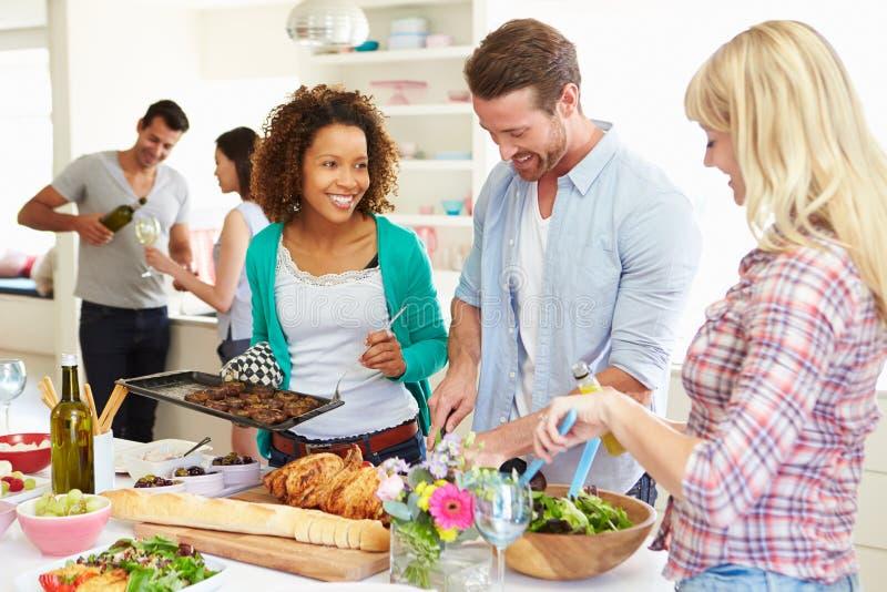 Groep Vrienden die Dinerpartij hebben thuis stock foto