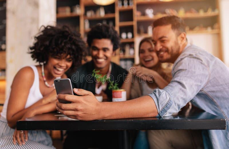 Groep vrienden die een zelfportret met mobiele telefoon maken stock afbeeldingen